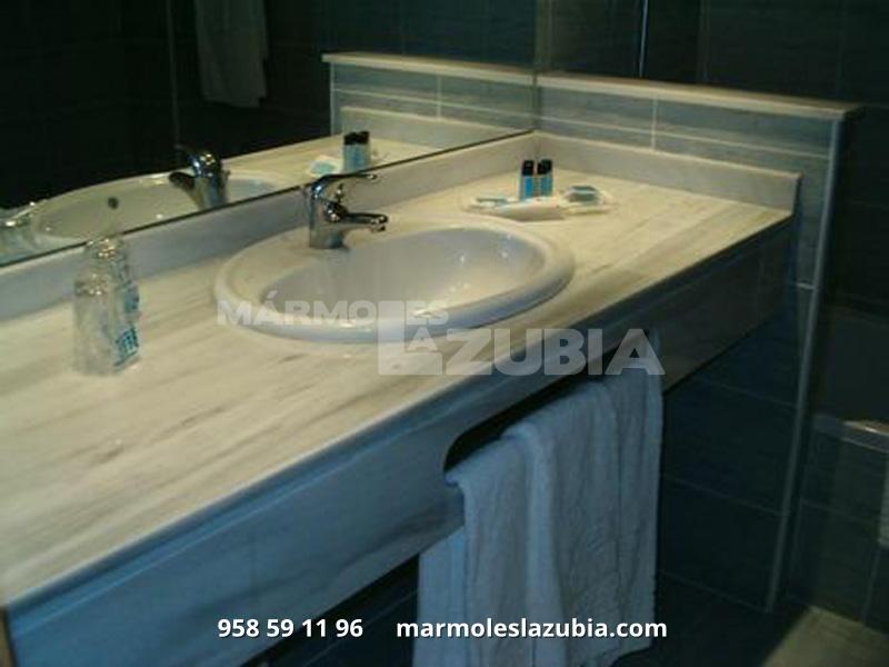 Encimera de mármol en Blanco con faldon y toallero