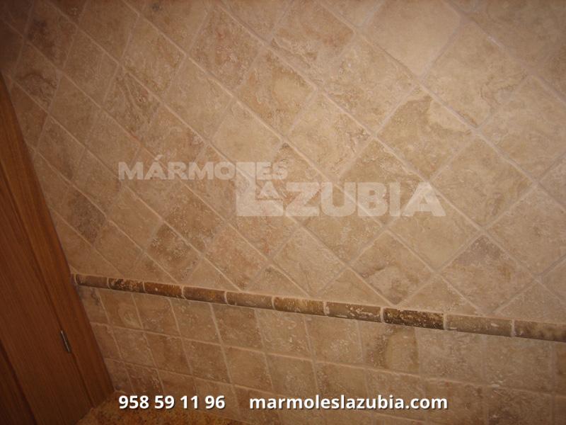 Baño aplacado de mármol travertino envejecido, junquillo canto redondo a media altura de mármol travertino olivillo