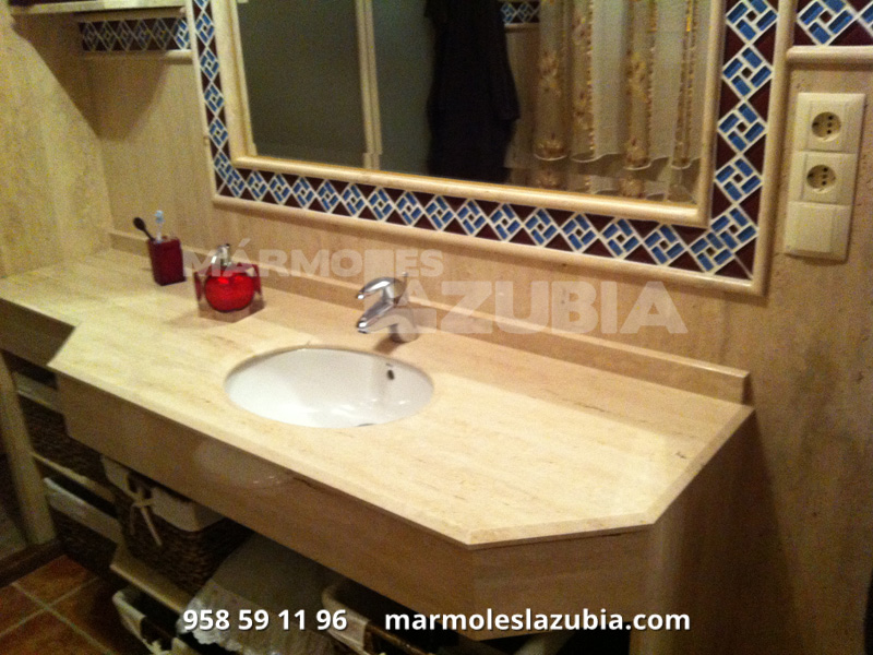 Baño aplacado de mármol travertino con resina transparente, junquillo canto redondo con cenefa de cristal