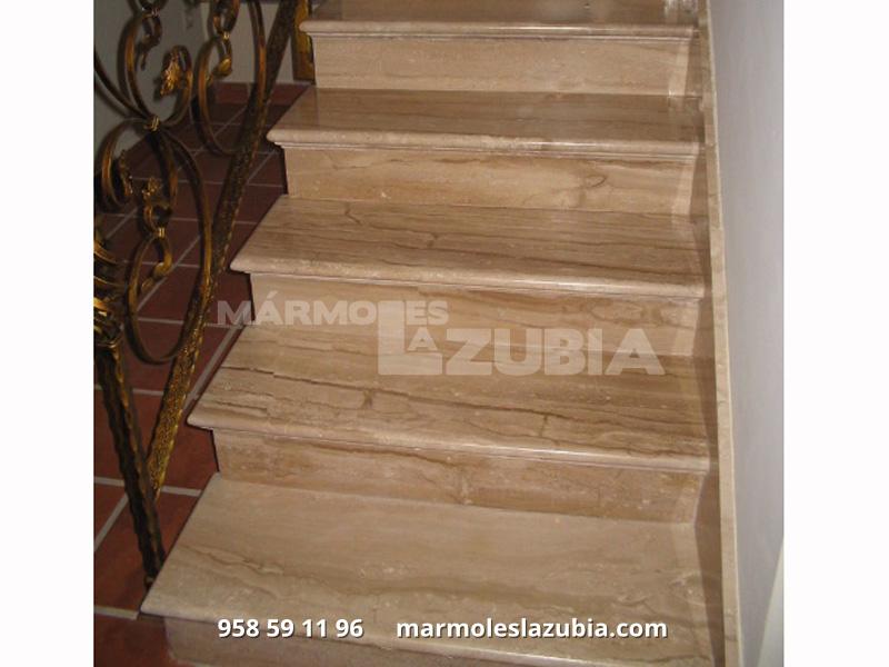 Escaleras de mármol daeno reale con canto redondo y tira