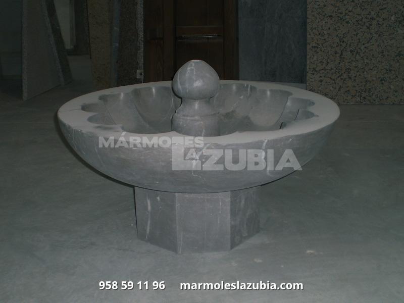 Fuente baja de mármol Sierra Elvira con base octogonal.