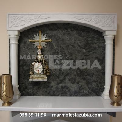Lápidas en granito Verde Pradera con columnas imágenes de marmolina en color, jarrones en bronce.