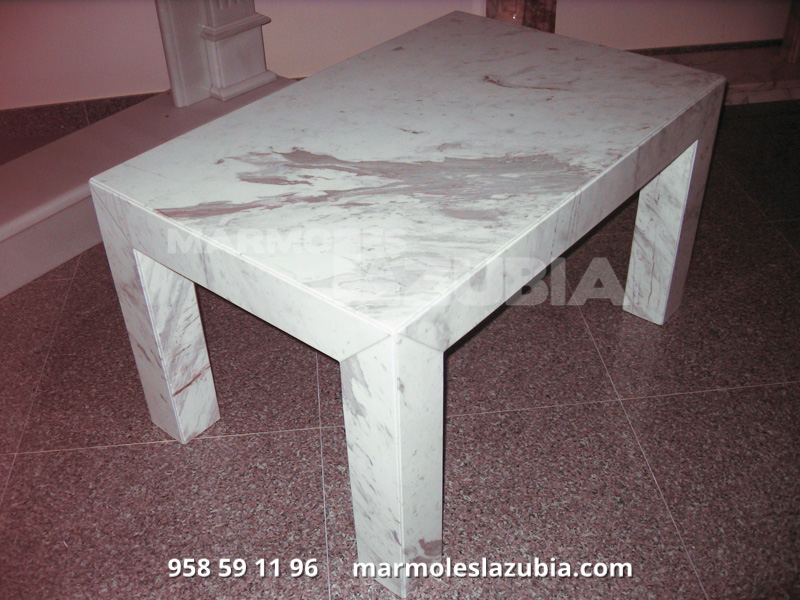 Mesa de mármol italiano con terminación a inglete