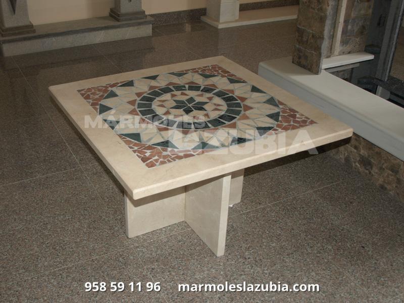 Mesa de mármol crema marfil con mosaico de mármol en rojo alicante, verde macael y crema marfil