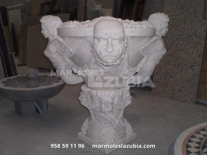 Fuente, pileta maciza de mármol completamente tallada.