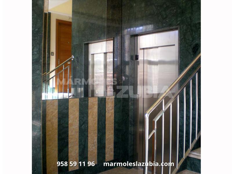 Portal placado de mármol en Verde Indio y Crema Tabaco