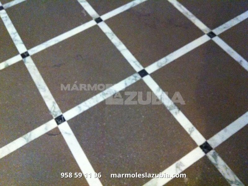 Solería de mármol sierra elvira con tacos en mármol Negro Marquina y tiras en italiano